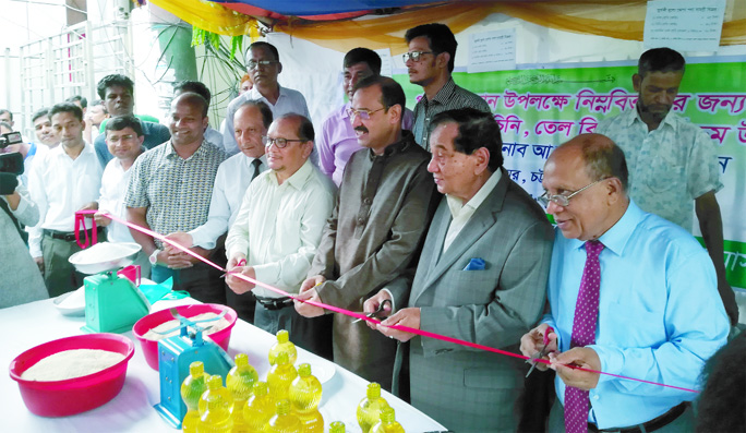President of Chattogram Metropolitan Chamber of Commerce and  Industry Md Khalilur Rahman and CCC Mayor A J M Nasir Uddin  inaugurating the fair price shop of essential in front of CMCCI Office  in Agrabad Commercial Hub  for Ramzan on Thursday.
