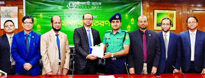 Mohammed Monirul Moula, Managing Director (Current Charge) of Islami Bank Bangladesh Limited, inaugurating the Iftar distribution program for Traffic Police at its head office on Sunday.  Tareq Ahmed, Additional Deputy Commissioner of Police, Traffic East Division, Motijheel Zone, Mohammad Ali, Abu Reza Md. Yeahia and Hasne Alam, Deputy Managing Directors and Md. Saleh Iqbal, Senior Executive Vice President of the Bank were also present.