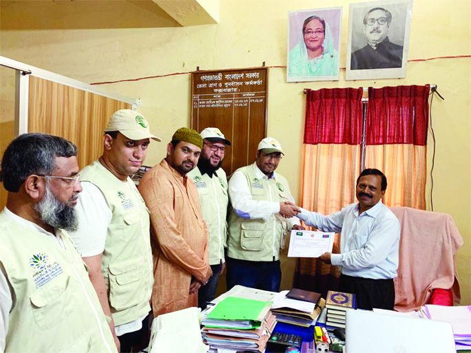 COX'S BAZAR: District Relief and Rehabilitation Officer Md Raisuddin Mukul handing over certificate to the officials of International Organisation for Relief, Welfare and Development (IORWD)  after  successful distribution of 14,905 food baskets  by King Salman Humanitarian Aid and Relief Centre to different Rohingya camps  in Cox's Bazar  recently.