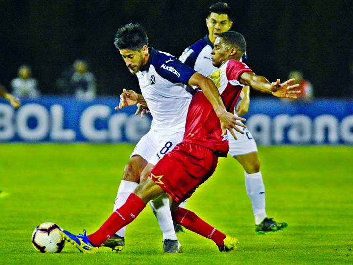 Pablo Perez of Argentina's Independiente (left) and Francisco Rodriguez of Colombia's Rionegro vie for the ball during a Copa Sudamericana second round soccer match in Medellin, Colombia on Tuesday.