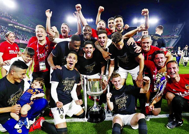 Valencia stun deflated Barcelona to win Copa del Rey