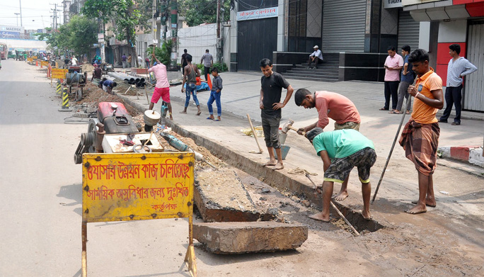 Chattogram city dwellers facing great difficulty as road digging at different parts in Chattogram City is going on. This snap was taken from Sheikh Mujibur Road in Agrabad yesterday.