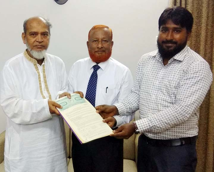 Prof. KM Golam Mohiuddin, VC,  Pro Vice-Chancellor Dr. Mohammed Ali Azadi, Mohammed Jasimuddin, Chairman of ETE Department of IIUC  and Project Presenter Mohammed Baki Billah  handing over the Contract  to Mohammed Baki Billah, a final year student of  ETE  Department of International Islamic University Chittagong( IIUC)   on Monday.