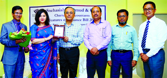 Zareen Mahmud Hosein, CPA, FCA, Founding Partner of Snehasish Mahmud and Co and Snehasish Barua, FCA, Founding Partner of the firm, exchanging crest at a presentation and discussion to highlight the important changes and relevant features of the Finance Bill 2019 at Curry Accent Gardenia Banquet Hall at Gulshan in the city on Monday.  Md Zakir Hossain, Additional Commissioner of NBR, Ranjan Kumar Bhowmik, Commissioner of Taxes of NBR and Humayun Kabir FCA, former president of the Institute of Chartered Accountants of Bangladesh (ICAB), among others, spoke at the discussion.