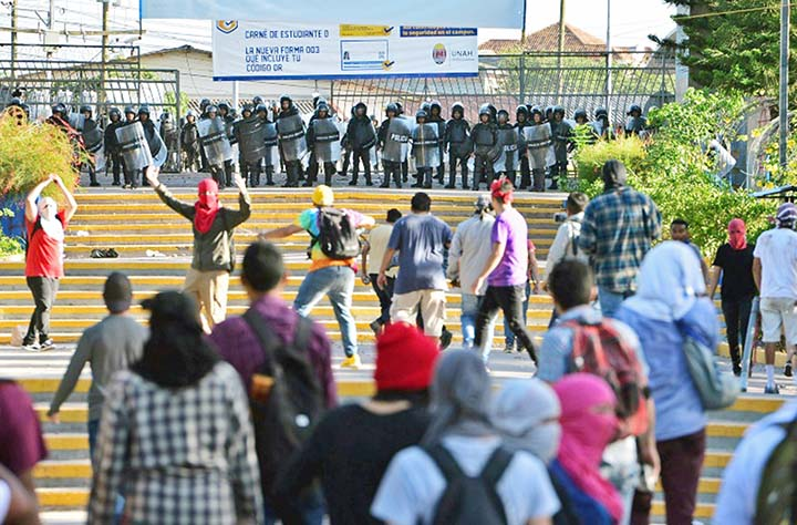 Honduran forces fire on students, 5 hurt