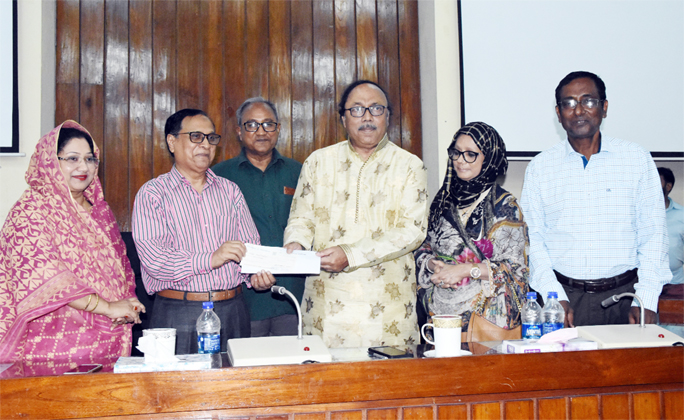 RU receives Tk 25 lakh for providing scholarship