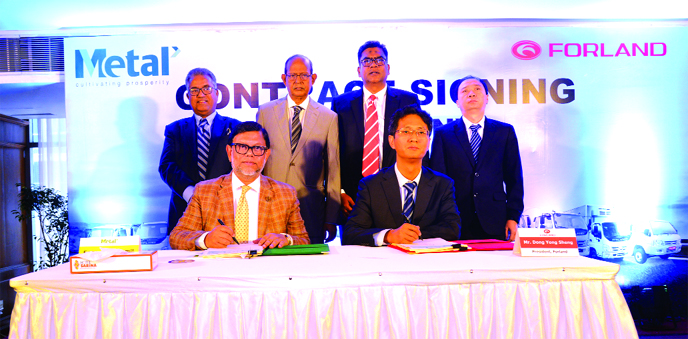 Engr Sadid Jamil, Managing Director of METAL and Dong Yang Sheng, President of Forland International, a subsidiary of automated vehicle manufacturer of China Foton Motor Group, signing an agreement to market Forland Brand Trucks in Bangladesh at a hotel in Dhaka recently. METAL Chairman Engr Aminul Islam, and CEO AMM Farhad, were also present.