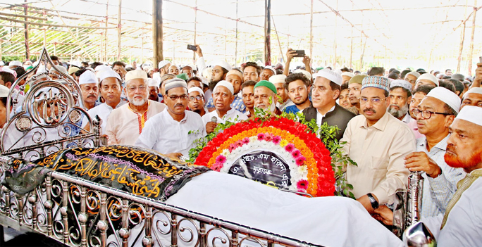 CCC Mayor A J M Nasir Uddin with other leaders of Chattogram City Awami League placing wreaths on the body of  A H M Harun recently.
