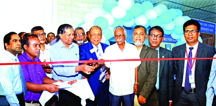 Kazi Akram Uddin Ahmed, Chairman Standard Bank Ltd, inaugurating a lift's installation ceremony at BIRDEM Hospital in the city on Saturday. Mamun-Ur-Rashid, Managing Director of the Bank, Prof AK Azad Khan, President of BADAS, Dr Sarwar Ali, Chairman of the Board of Management and Brig Gen (Retd) Md Shahidul Hoque Mallik, Acting Director General of BIRDEM Hospital, among others, were present.