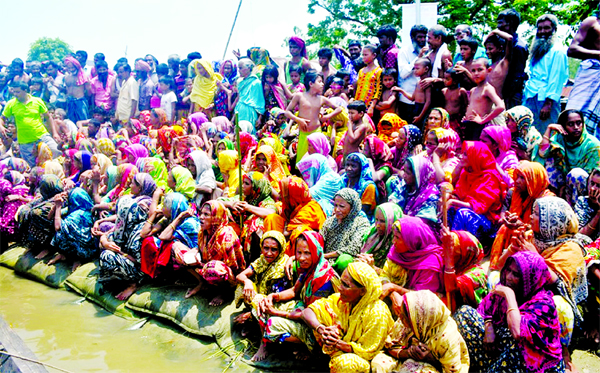 Hundreds of flood-stricken men and women awaiting relief goods on Jamuna River Bank as 12 lakh people were marooned. This photo was taken from Islampur area on Sunday.