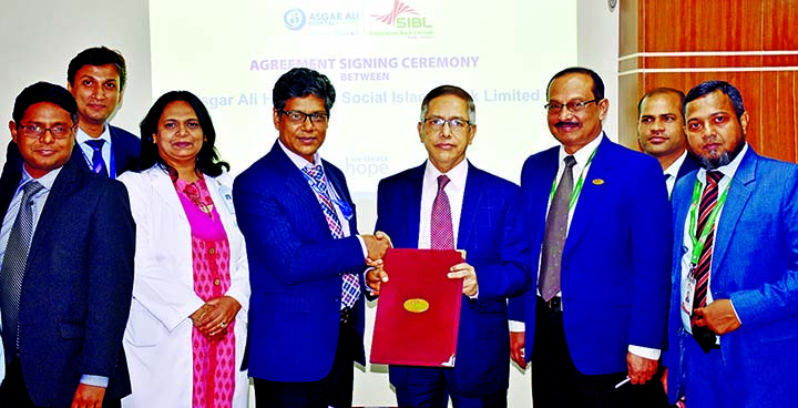 Kazi Towhidul Alam, Additional Managing Director of Social Islami Bank Ltd and Kabir Uddin Tusher, Senior General Manager of Asgar Ali Hospital, exchanging an agreement signing document at the bank's corporate office in the city on Monday. Under the deal, debit and credit card holders of SIBL and the employees of SIBL along with their family members will enjoy special discount facilities for all medical services and diagnostic test at the hospital.