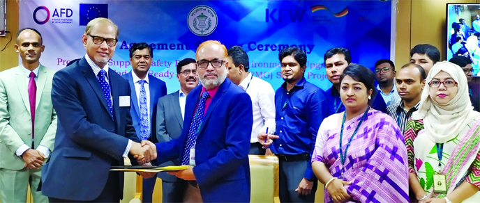 Md Abdul Mannan, General Manager of Bangladesh Bank (BB) and Md Sazzad Hossain, Deputy Managing Director of Bank Asia Ltd, exchanging an agreement signing document at the BB's head office in the city recently. BB's Deputy Governor SM Moniruzzaman and Bank Asia's Head of IB SM Iqbal Hossain, among others, were present. Under the deal, Bank Asia will be able to finance its export oriented RMG manufacturing concerns to complete their compliance initiatives.