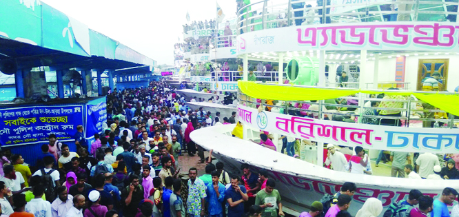 BARISHAL: People of southern region started risky journey to return to their workplace from Barishal River Port on Friday evening..