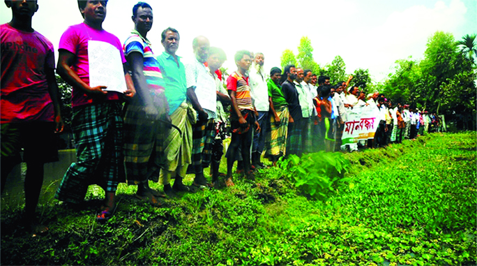 SUNDARGANJ (Gaibandha): A human chain was formed by inhabitants  of  Sundarganj Upazila  demanding steps to  mitigate sufferings of  water-logging  of Pashim Kaldoba canal on Sunday.