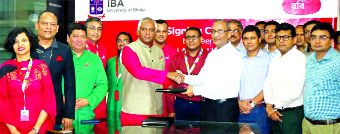 Mahtab Uddin Ahmed, CEO of Robi and Prof. Dr. Syed Ferhat Anwar, Director of Institute of Business Administration (IBA), University of Dhaka, exchanging a MoU signing document on Wednesday to set up an innovation lab in IBA premises. High officials from both sides were also present.