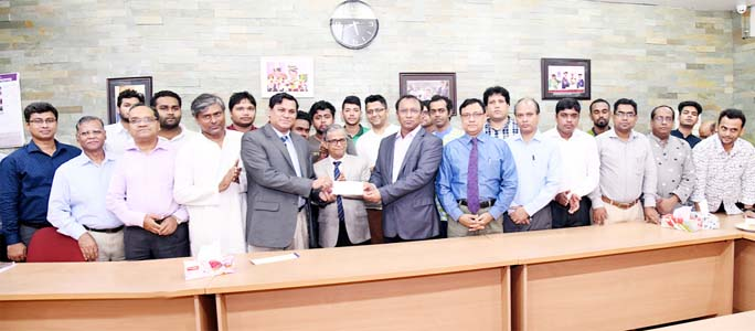 Provost of DU Bijoy Ekattor Hall Prof Dr AJM Shafiul Alam Bhuiyan hands over a cheque for Tk 80 lac to DU Treasurer Prof Dr Md. Kamal Uddin at a function held on Sunday at the VC office to establish 'Bijoy Ekattor Hall Trust Fund'. DU VC Prof Dr Md. Akhtaruzzaman, Dean of DU Arts Faculty Prof Dr Abu Md. Delwar Hosain and Dean of Biological Sciences Faculty Prof Dr Md. Imdadul Hoque were, among others, present on the occasion. (Photo: DU PR Office)