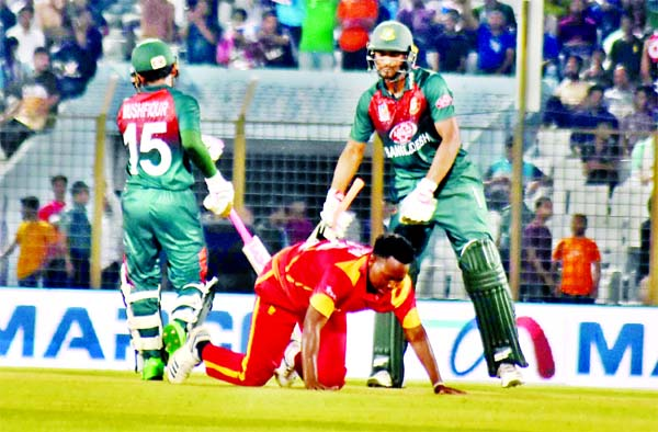 Mahmudullah Riyad (right) and Mushfiqur Rahim in action during the fourth Twenty20 International match of the OBHAI Tri-nation T20 series between Bangladesh and Zimbabwe at the Zahur Ahmed Chowdhury Stadium in Chattogram on Wednesday. Bangladesh scored 175 for the loss of seven wickets in the stipulated 20 overs.