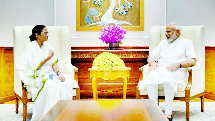 Mamata meets Modi to 'mend ties with centre'