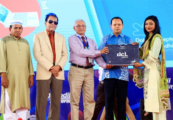 DIU distributes laptops