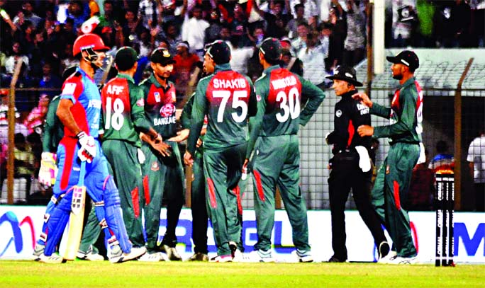 Players of Bangladesh, celebrating after dismissal of Rahmatullah Gurbaz during the sixth Twenty20 International Cricket match of the OBHAI Tri-nation T20 series between Bangladesh and Afghanistan at the Zahur Ahmed Chowdhury Stadium in Chattogram on Saturday. Afghanistan scored 138 for the loss of seven wickets in the stipulated 20 overs.