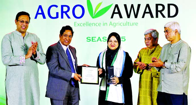 Uzma Chowdhury, Director of PRAN-RFL Group, receiving the 'Standard Chartered-Channel I Agro Award-2019' for outstanding contribution in agricultural sector of the country from Agriculture Minister Dr Abdur Razzak at a hotel in the city on Friday. Faridur Reza Sagar, Managing Director of Channel I, Naser Ezaz Bijoy, CEO of Standard Chartered Bank and winners of different categories were also present.