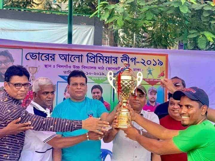 Councilor of Ward No. 1 of Dhaka South City Corporation Wahidul Hasan Milton handing over the trophy to Maruf Victorians, the champions of the Bhorer Alo Premier Cricket League at Khilgaon High School Ground in the city recently.