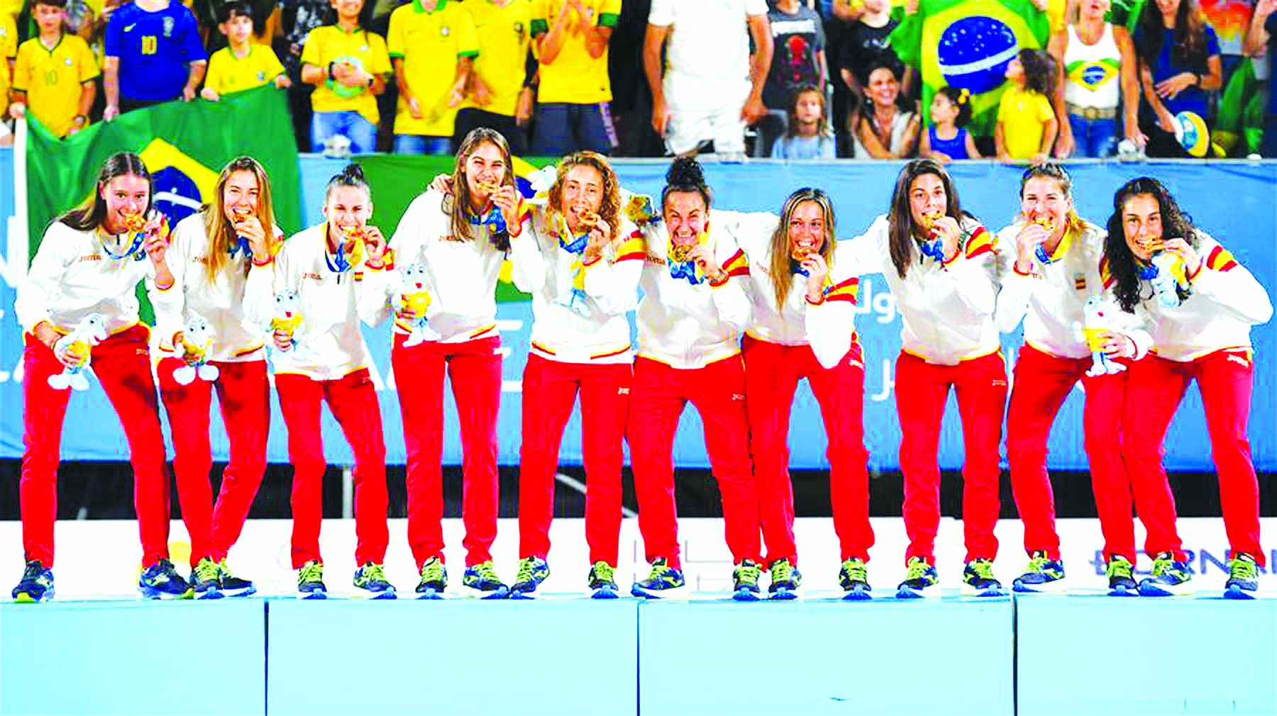 Gold medallists, players of Spain, pose for photos during the awarding ceremony of the women's beach soccer at the 1st ANOC World Beach Games in Doha, capital of Qatar on Wednesday.