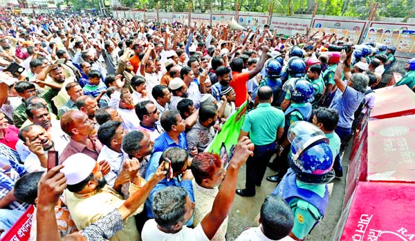 Police obstructed a procession of Non-Monthly Pay Order (MPO) teachers near the Kadam Fountain intersection in front of Jatiya Press Club before marching towards the Prime Minister's Office (PMO) on Thursday.