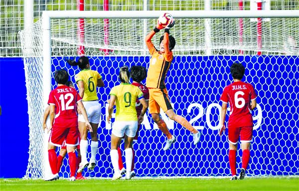 Kim Myong Sun (2nd from right) of the Democratic People's Republic of Korea, (DPRK) saves the ball during a women's football first round match between DPRK and Brazil at the 7th International Military Sports Council (CISM) Military World Games in Wuhan, capital of central China's Hubei Province on Thursday.