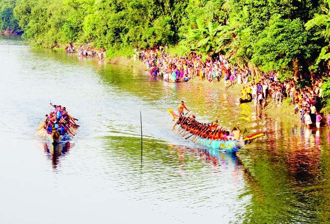 BOGURA: A traditional boat race was held in  Korotoa River in Gabtoli Upazila organised by District Police on Friday.
