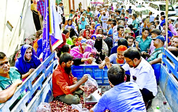 People formed a long queue to buy onions from a makeshift truck shop of Trading Corporation of Bangladesh (TCB) amid sky-rocketing onion prices in the market. This photo was taken in front of Bangladesh Secretariat on Thursday.