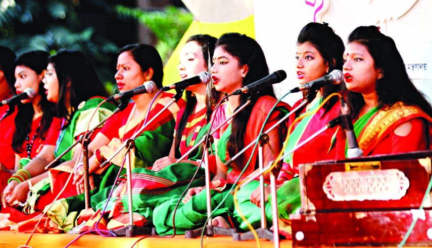 Artistes rendering song at a function organised on the occasion of Nabanna Utsab by Jatiya Nabanna Utsab Udjapon Parshad at Bakultala of the Faculty of Fine Art of Dhaka University on Saturday.