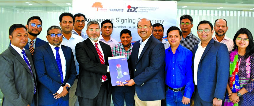 MM Monirul Alam, CEO of Guardian Life Insurance Limited (GLIL) and Ashraf Bin Taj, Managing Director of International Distribution Company (IDC) Bangladesh Limited, exchanging document after signing an agreement at GLIL head office in the city recently. Under the deal, employees of IDC will enjoy life coverage & medical benefits. Around 109 employees and their dependent family members will be covered under this agreement. Top executives from both sides were also present.