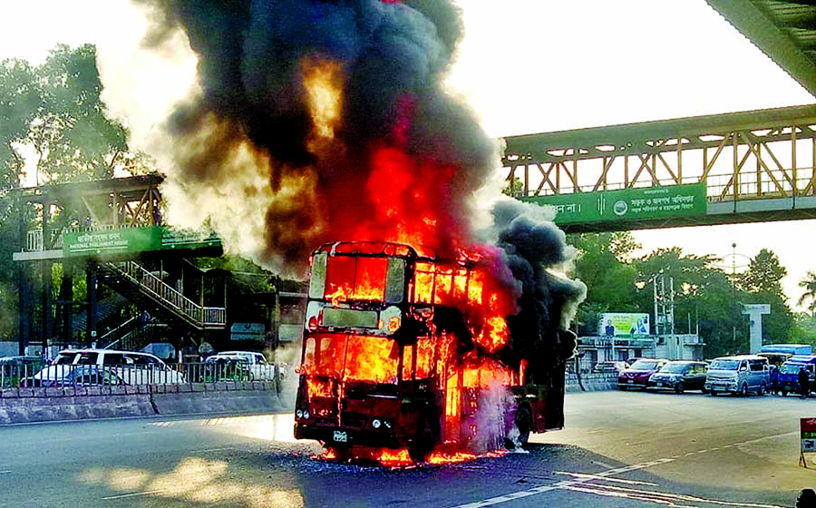 2 buses catch sudden fire  in Dhaka