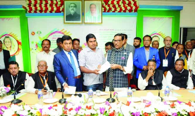 KHULNA:  Minister for Road Transport and Bridges  Obaidul Quader MP distributing digital health cards among the drivers at Khulna Circuit House premises on Monday.