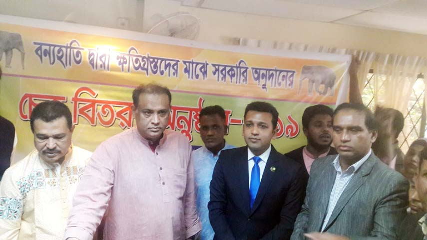 Land Minister Saifuzzaman Chowdhury Javed  MP was present as Chief Guest at a cheque  distribution programme  at the residence of the Minister at Sharson Road yesterday among the  victims families  killed by wild elephant  of different areas at Anowara and Banskhali Upazilas. Divisional Forest Officer of Wild Life Management Md  Abu Naser Mohammed Yasin was present during the cheque  distribution programme.