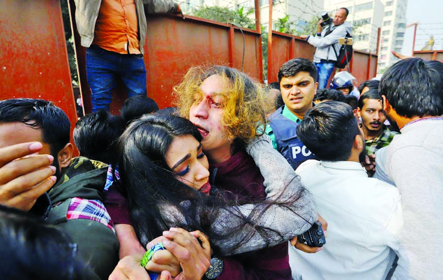 Man beaten after pulling gun on protesters during DU student demo at Shahbagh