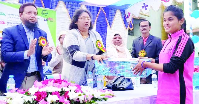 NETRAKONA:  Renowned social worker Kamrunnesa Ashraf Dina , wife of State Minister for Fisheries and Live Stock Ashraf Ali Khan Khasru MP distributing prizes among the winners of annual sports competition of Netrakona Government Women's   College as Chief Guest  yesterday.