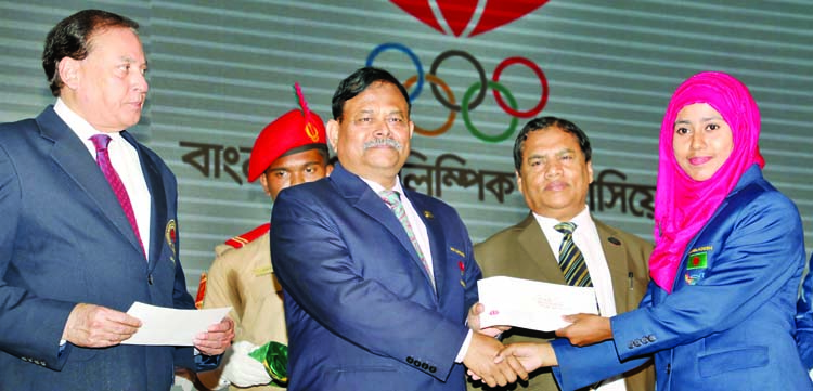 President of Bangladesh Olympic Association and Chief of Army Staff of Bangladesh Army General Aziz Ahmed handing over prize to a winner of the recently concluded South Asian Games 2019, at Kurmitola Golf Club in Dhaka Cantonment on Monday. Bangladesh Olympic Association accorded a reception to the medal winners of the South Asian Games 2019 that concluded in Nepal recently.