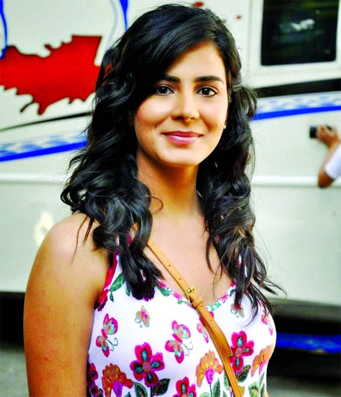 Kirti Kulhari skips cab and takes auto-rickshaw