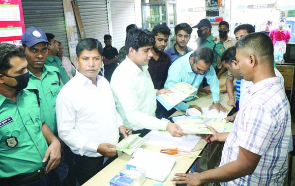 BARISHAL:  Members of Mobile Court fined  one  medicine shop for selling mask in higher price at Sadar Road area on Sunday .