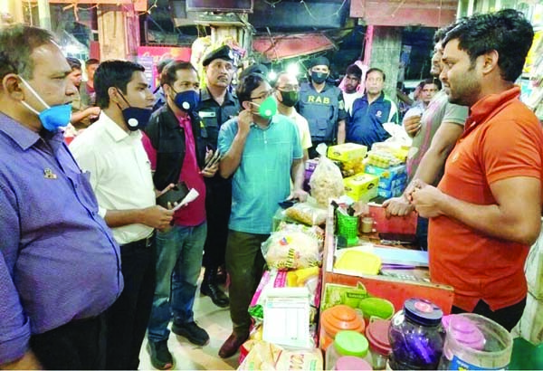 KISHOREGANJ: Officials of  District administration and RAB conducting drive at Kachari  Bazar kitchen market in Kishoreganj town to control  essentials' price  on Friday.