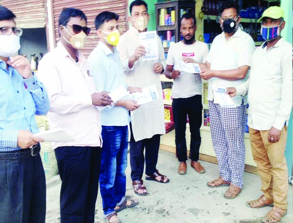 MADHUKHALI (Faridpur): Leaders of Maclhukhlai Press Club distributing leaflets on  coronavirus awareness on Tuesday.