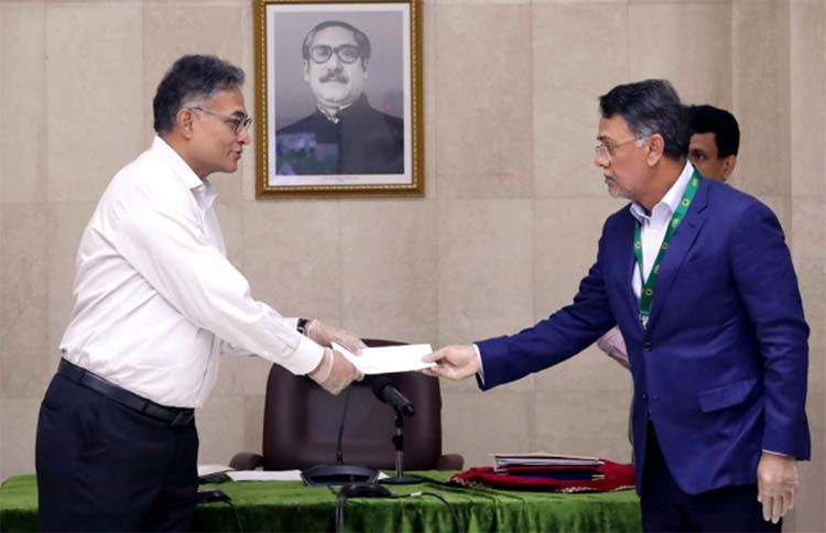 Vice-Chairman of Summit Group of Companies Md Farid Khan, handing over a cheque of Tk 3 Crore to the Principal Secretary to the Prime Minister Dr Ahmad Kaikaus at the Prime Minister's Office on Sunday to help daily wage earners.