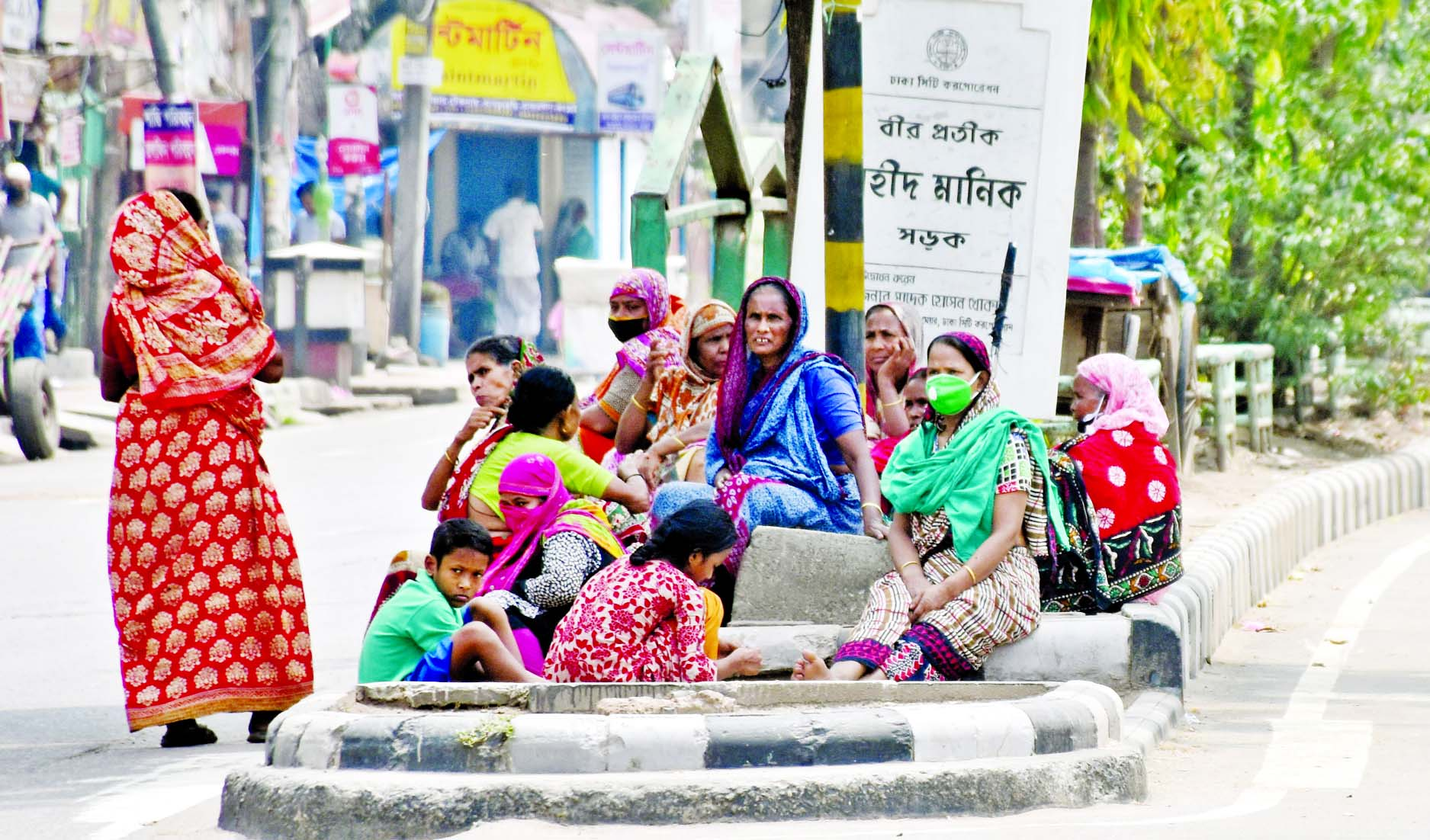HUNGRY FACES CONTINUES TO GROW: Destitute women gather on a road divider in the capital
