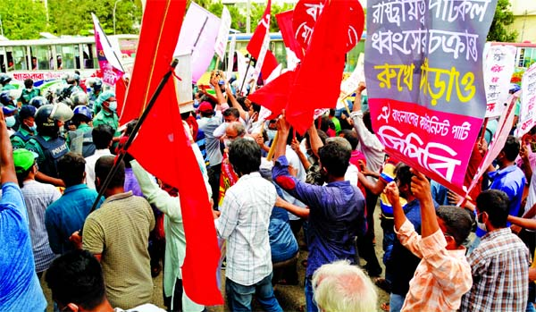 Police thwart a march of Left Democratic Alliance towards the Prime Minister's office in front of the High Court on Thursday protesting the government's decision to close all the country's 22 old-fashioned loss-making jute mills and lay-off nearly 25,000 workers and employees.