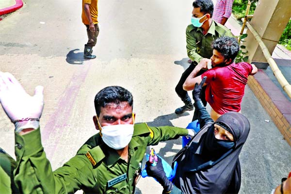 Journalists assaulted by Ansars in Dhaka hospital