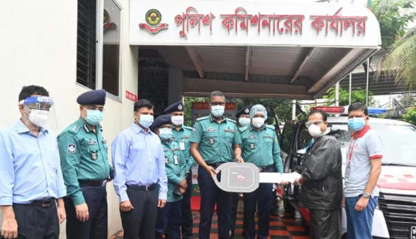 Kayesh Chowdhury, Executive Vice-President & Chattogram Area Head of City Bank, handing over ambulance to Mahbubur Rahman, Commissioner of CMP at Chattogram Metropolitan Police Lines on Thursday.  Additional Police Commissioner (Finance & Admin) Amena Begum, Additional Police Commissioner (Crime and Operations) Shyamal Kumar Nath and Additional Police Commissioner (Traffic) S.M. Mostaque Ahamed Khan, among others, were present.