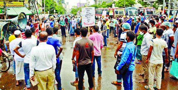 Progressive Students' Alliance blocks Paltan intersection on Sunday demanding corona test free of cost, educational fees waiver and annulment of Digital Security Act 2018.