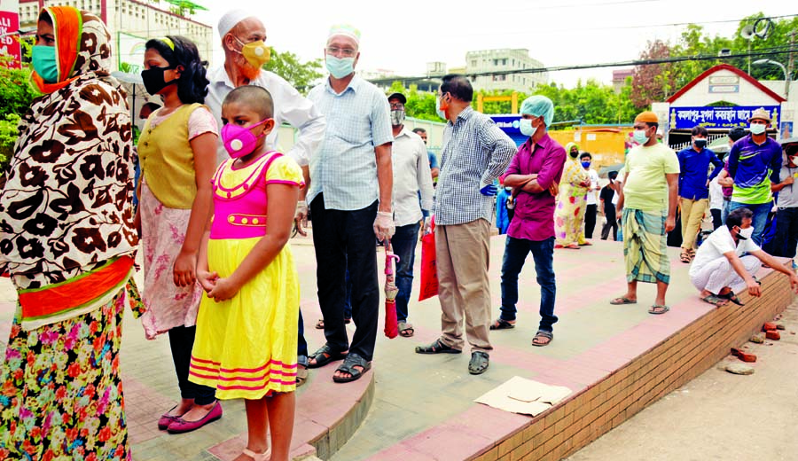 Anxious people stand in a long queue at Mugda General Hospital in the capital on Sunday for coronavirus screening.